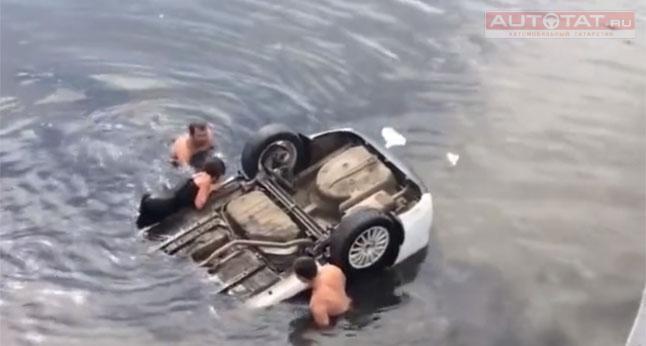 Три педальки, аножки две: Девушка рухнула вреку наавтомобиле