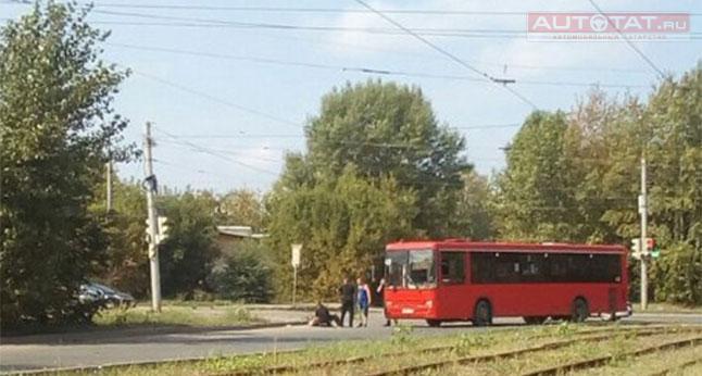 в казани красный автобус сбил пешехода Мне