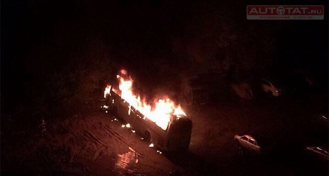 Неизвестные подожгли вКазани автобус, следовавший изУфы вАзербайджанской столице