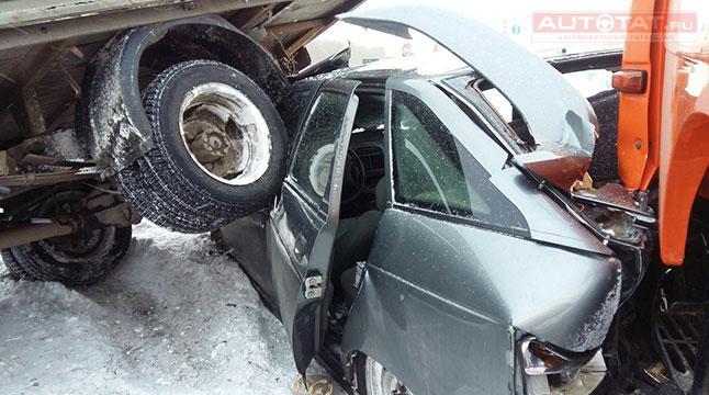 «Газель» и«КАМАЗ» раздавили легковую машину — ДТП вЧелнах