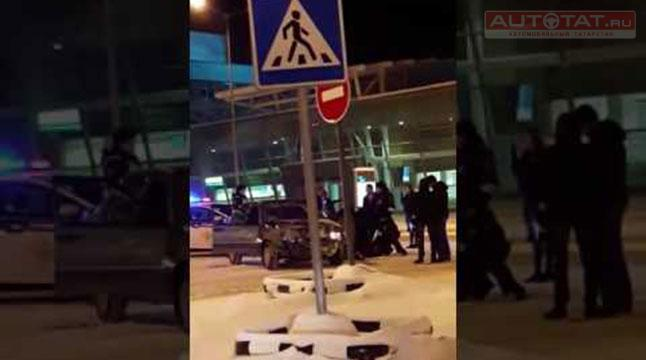 ВРФ мужчина наавтомобиле въехал ваэропорт, его потом избили