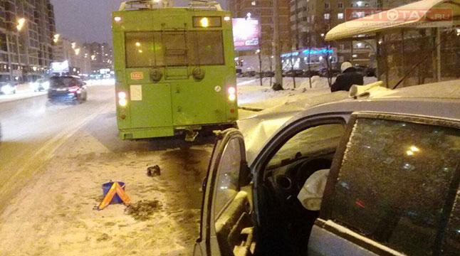 ВКазани иностранная машина столкнулась строллейбусом