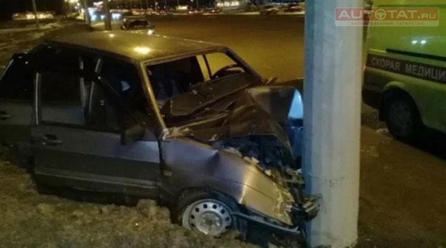 ВКазани легковушка врезалась вфонарный столб, пострадали двое мужчин