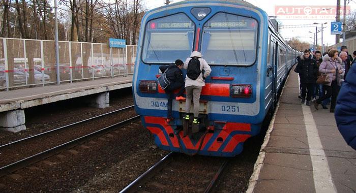 ВКазани двоих зацеперов ударило током накрыше товарного поезда
