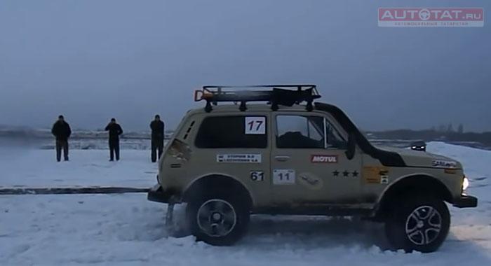 Лада 4X4 и Ауди S6 посоревновались вперетягивание каната наснегу
